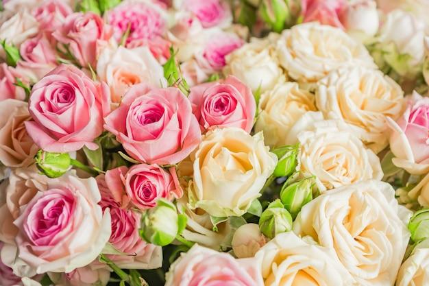 Ein strauß rosa und weißer rosen. blumenmuster.