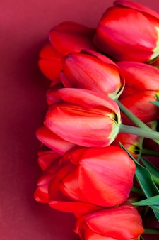 Ein strauß roter tulpen in der frühlingssaison
