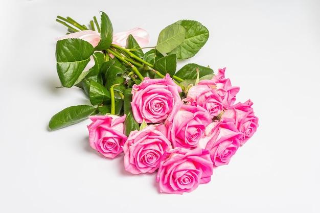 Ein strauß sanfter rosa rosen isoliert auf weißer oberfläche