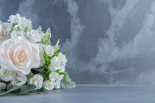 Ein strauß weißer blumen auf weißem hintergrund. foto in hoher qualität