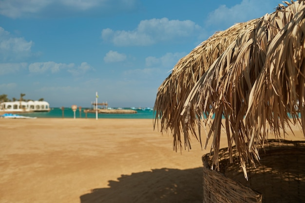 Ein strohschirm an einem schönen strand