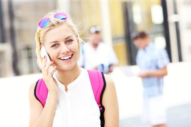 Ein student telefoniert auf dem campus