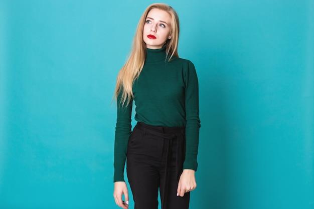 Ein studio schoss von traurigen blonden frauen, die träumerisch beiseite schauen