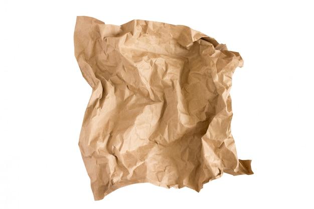 Ein stück beige kraftpapier lokalisiert auf weiß. zerknittertes kraftpapier
