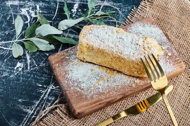 Ein stück honigkuchen auf einem holzbrett.