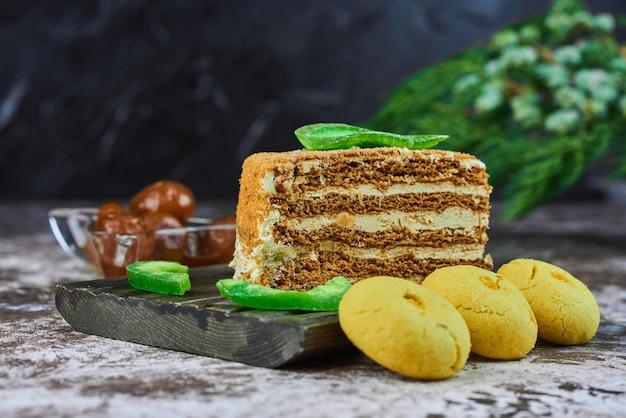 Ein stück honigkuchen mit butterkeksen.