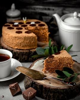Ein stück honigkuchen mit schokoladencreme