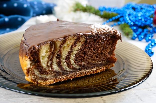 Ein stück köstlicher zweifarbiger kuchen mit schokoladen- und kokosnusschips