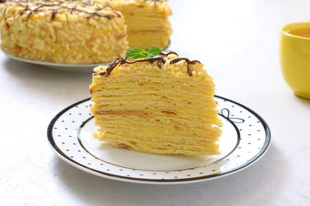 Ein stück köstliches festliches schichtdessert mit blätterteig und pudding