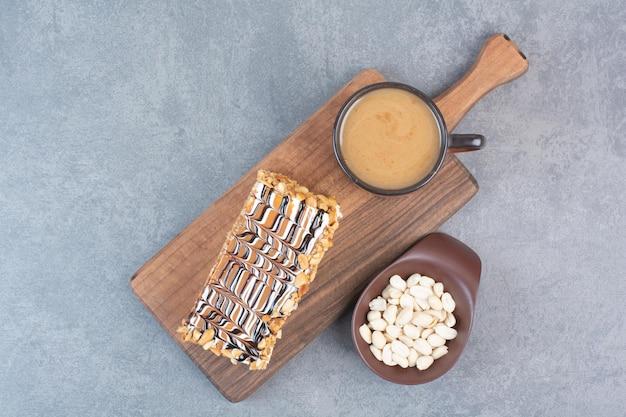 Ein stück kuchen mit einer tasse aromakaffee auf grauer oberfläche