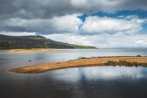 Ein stück land inmitten des ruhigen meeres. nordirland