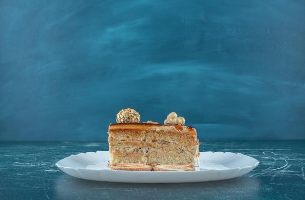 Ein stück leckeren kuchens auf einem weißen teller. hochwertiges foto