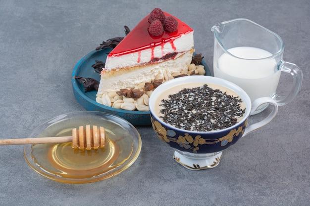 Ein stück leckeren kuchens mit honig und milch.
