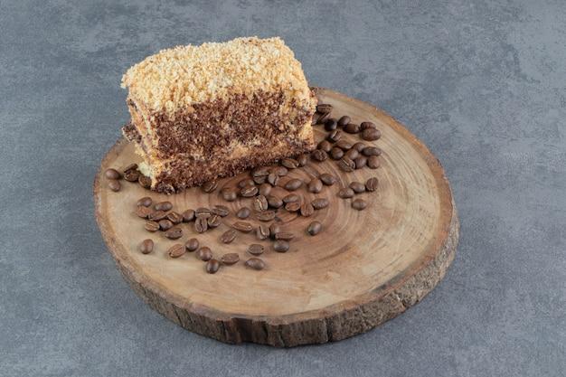 Ein stück leckerer kuchen mit kaffeebohnen