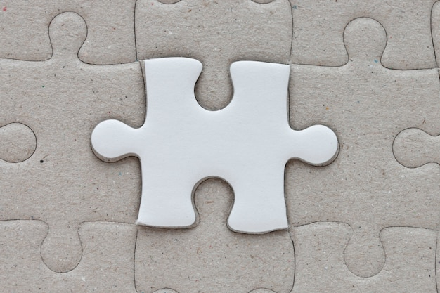 Ein stück puzzle auf dem puzzle-hintergrund.