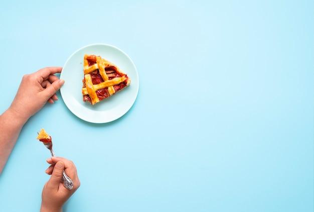 Ein stück rhabarberkuchen essen