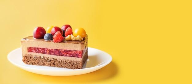 Ein stück schokoladen-beeren-kuchen in einem weißen teller