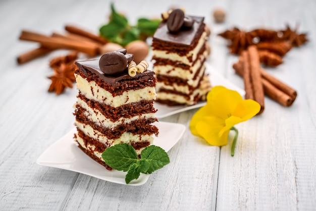 Ein stück schokoladenhonigkuchen mit pudding