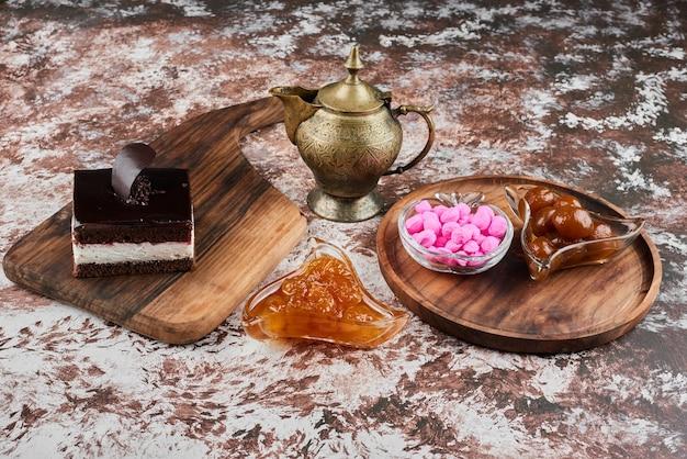 Ein stück schokoladenkäsekuchen mit konfekt und süßigkeiten.