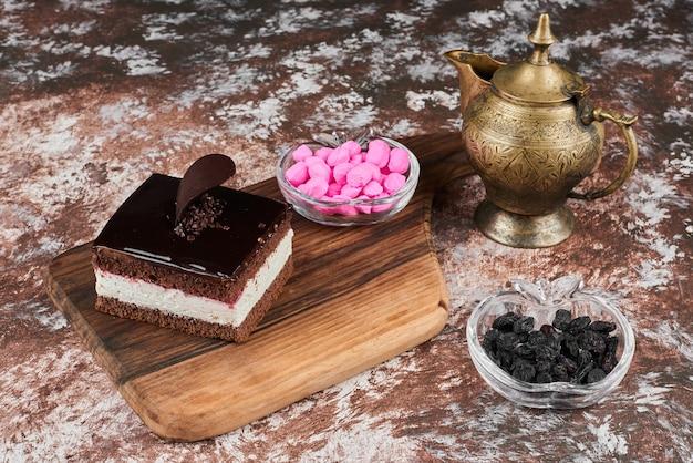 Ein stück schokoladenkäsekuchen mit rosa bonbons.