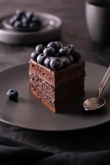 Ein stück schokoladenkuchen mit blaubeeren