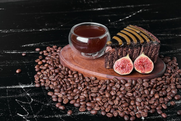 Ein stück schokoladenkuchen mit einer tasse getränk.