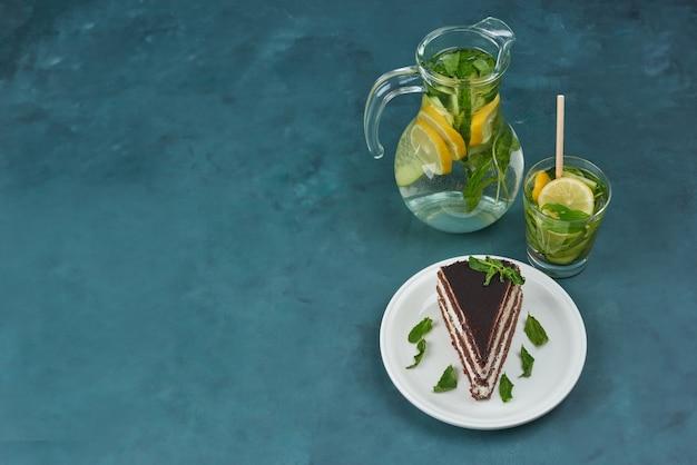Ein stück schokoladenkuchen mit mojito, draufsicht.