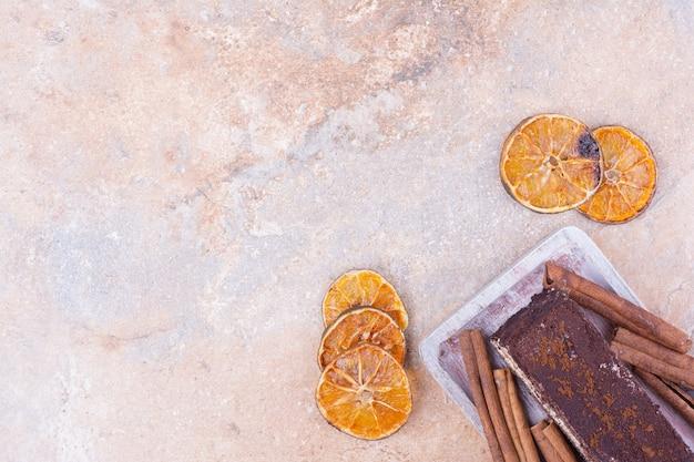 Ein stück schokoladenkuchen mit trockenen orangenscheiben