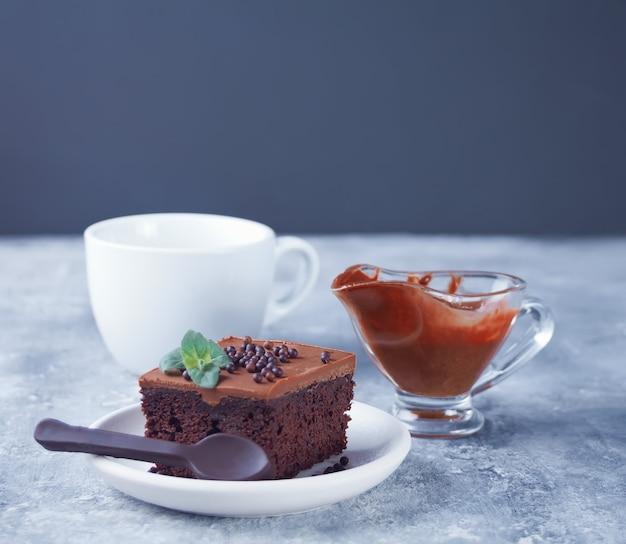 Ein stück selbst gemachter schokoladenkuchen auf der platte mit zuckerglasur