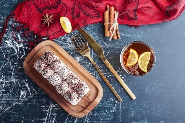 Ein stück tiramisu-kuchen mit kakaopulver, draufsicht.