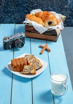 Ein stück traditioneller medovik-kuchen und eine tasse tee auf der tischdecke.