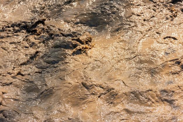 Ein stürmischer strom schmutzigen wassers im fluss
