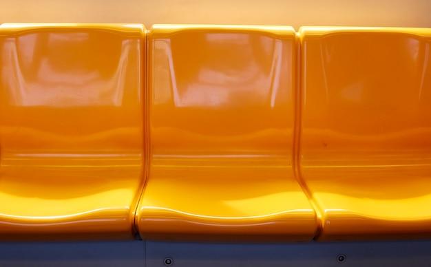 Ein stuhl auf einem elektrischen zug thailands