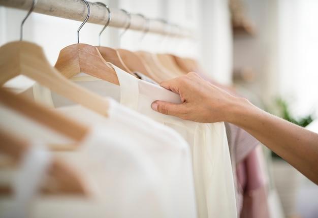 Ein stylist wählt stoff aus dem regal