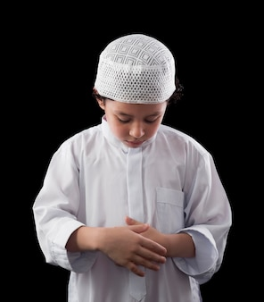 Ein süßer muslimischer junge, der betet