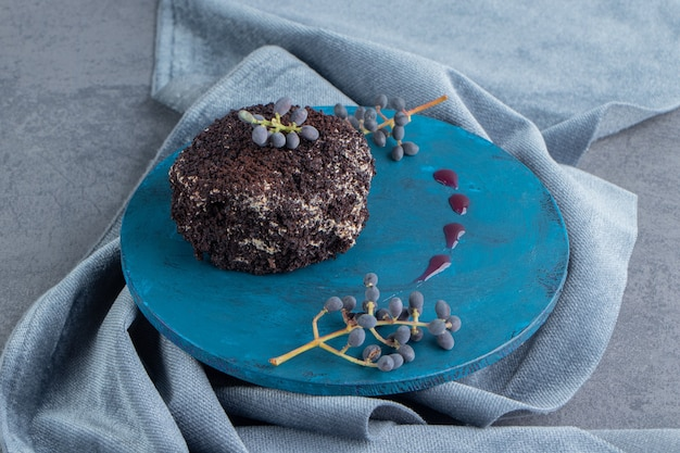 Ein süßer schokoladencupcake auf einem blauen teller