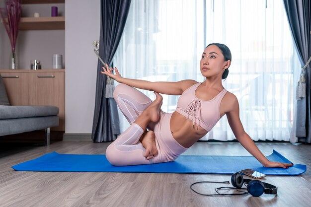 Ein süßes, athletisches mädchen posiert mit gekreuzten beinen sitzend, zur seite gehoben
