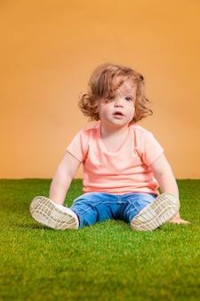 Ein süßes baby auf orange raum