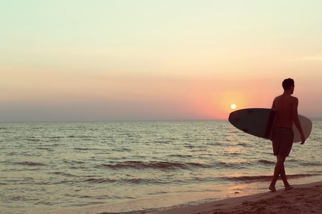Ein surfer bei sonnenuntergang.