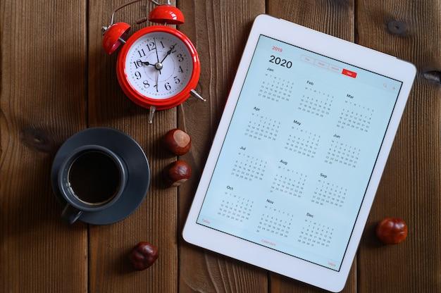 Ein tablet mit einem offenen kalender für 2020