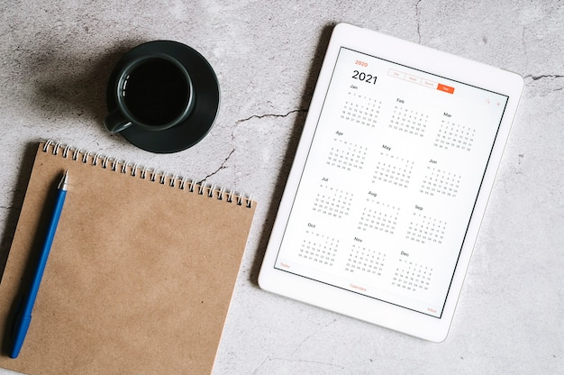 Ein tablet mit offenem kalender für 2021 jahre