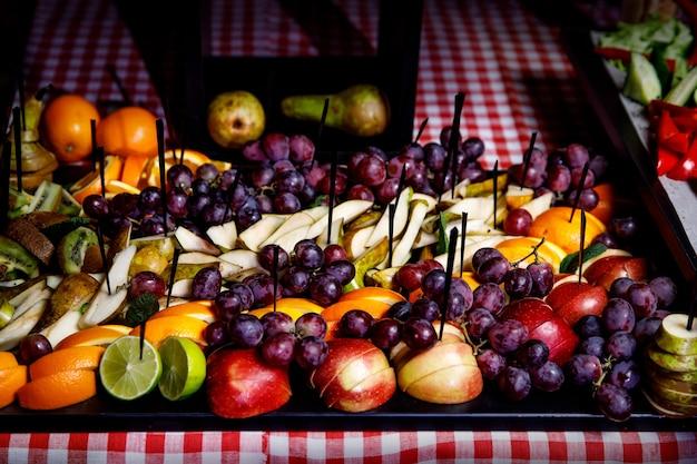 Ein tablett mit früchten auf event-catering, snacks