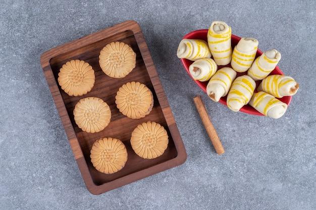 Ein tablett mit keksen und eine schüssel mit keksverpackungen