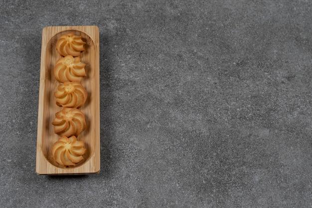 Ein tablett mit leckeren keksen auf der marmoroberfläche