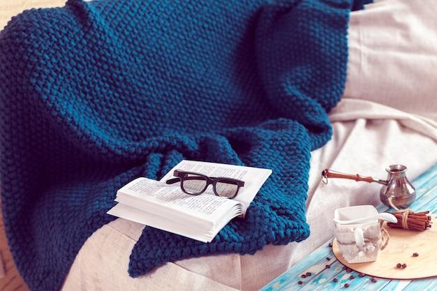 Ein tag der entspannung mit einem buch lesen und kaffee trinken