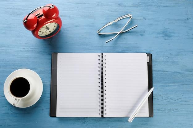 Ein tagebuch mit einem stift auf dem tisch. notizbuch. der desktop eines geschäftsmannes.
