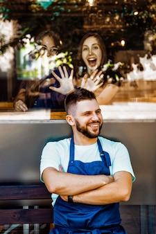 Ein team junger baristas in der nähe eines cafés