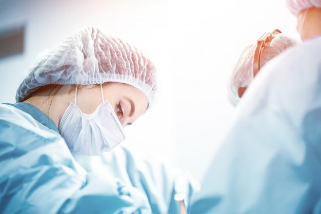 Ein team von ärzten kämpft um das leben des patienten.