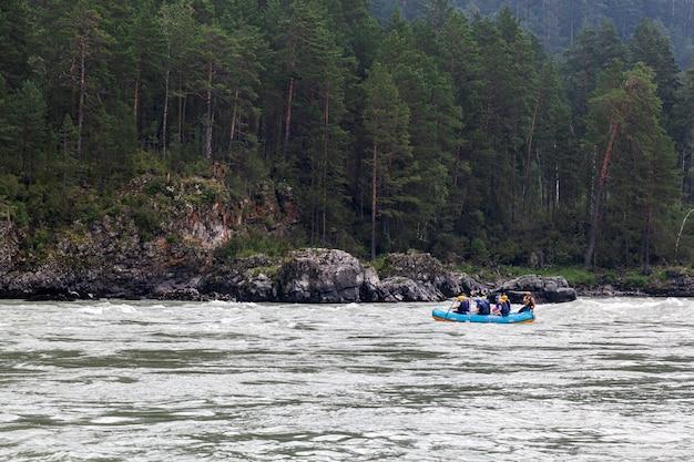 Ein team von athleten in einem blauen schlauchboot