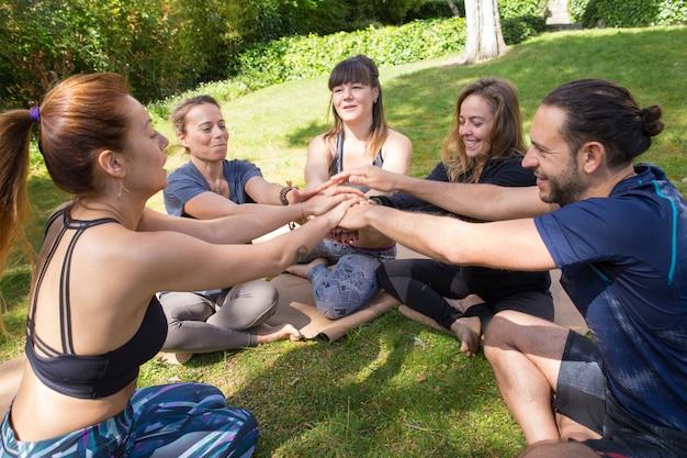 Ein team von freunden, die zum training im freien zusammenkommen